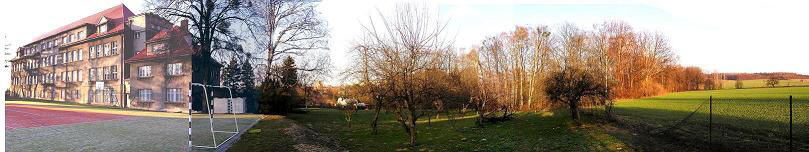 Pohled na školu a školní zahradu