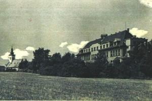 Pohled na školní budovu ze zahrady v 60. tých letech